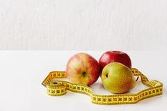 Mierzy taśmy i świeżych owoc jabłka, bonkreta na białym tle Strata ciężar, szczupły ciało, zdrowej diety pojęcie fotografia royalty free
