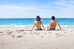 Miesiąc miodowy dla pary, plażowi wakacje zbliża morze zdjęcia stock