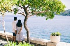 Miesiąc miodowy para na wakacje w Europa z dennym widokiem zdjęcie royalty free