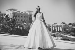 Miesiąc miodowy podróży pojęcie Wakacje i wakacje sukienka ślubna panny młodej white obraz stock