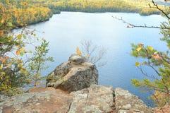 Miesiąca miodowego blef Przegapia Na Głodnym Jack jeziorze Fotografia Stock