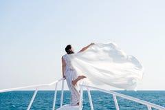 Miesiąca miodowego denny rejs Rzeczy rozważają dla poślubiać za granicą Ślubnej ceremonii denny rejs Panna młoda uroczy biały ślu Zdjęcie Royalty Free