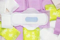 Miesiączka sanitarni bawełniani ochraniacze dla kobiety higieny ochrony Kobieta krytyczni dni, ginekologiczny miesiączka cykl Med zdjęcia royalty free
