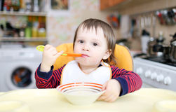 18 miesięcy chłopiec łasowania Zdjęcia Stock