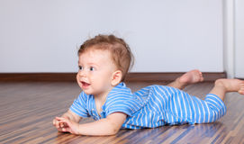 6 miesięcy stary chłopiec bawić się Obrazy Royalty Free