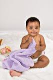 7 miesięcy stary dziecko ono uśmiecha się z koc Fotografia Stock