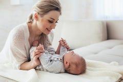 2 miesięcy stary dziecko z mamą Fotografia Stock
