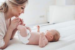 2 miesięcy stary dziecko z mamą Obraz Stock