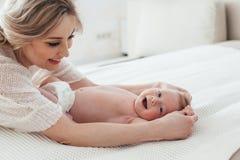 2 miesięcy stary dziecko z mamą Zdjęcie Stock