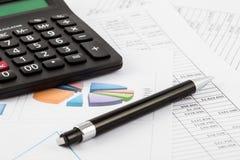 Miesięczny budżeta spreadsheet, pióro i kalkulator, Obraz Royalty Free