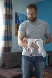 Miesięczny dziecka dosypianie na ręce Fotografia Stock
