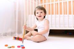 22 miesiąca dziecka z farbami w domu Zdjęcia Royalty Free