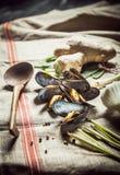 Miesmuscheln mit frischen Bestandteilen für Meeresfrüchteabendessen Lizenzfreies Stockbild