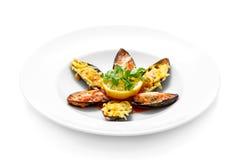 Miesmuscheln mit Käse in der Tomatensauce Stockbilder