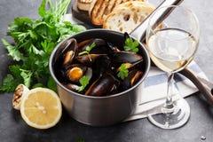 Miesmuscheln und Wein lizenzfreie stockfotos