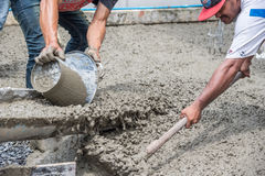 Mieszać cementowego beton przy budową Zdjęcie Royalty Free