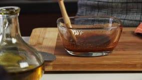 Mieszać pikantność i oliwę z oliwek dla guacamole z vegies przepisem zbiory wideo