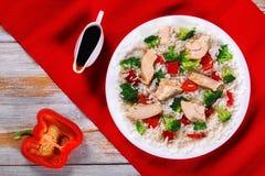 Miesza dłoniaków warzywa, ryż i kurczaka mięso, zdjęcie stock