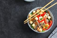 Miesza dłoniaka z kluskami, tofu i warzywami, fotografia royalty free