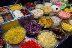 Miesza deser z lodem, cukierki i ziele na sprzedaży, kolorowe deserowe tajlandzkie rozmaitość Nakrywać mieszam dla tajlandzkiego  zdjęcie stock