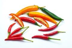 Miesza kolor pokrajać chili i ptasiego ` s oka pieprzu odizolowywających na białym tle obrazy stock