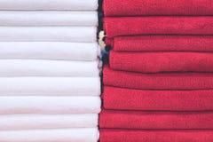 Miesza kolory staczających się ręczniki w zakupy centrum handlowym, tropikalna wyspa Bali, Indonezja zdjęcia royalty free