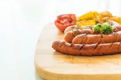 miesza piec na grillu kiełbasę z warzywami i francuzów dłoniakami zdjęcie royalty free