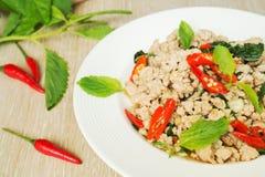 Miesza smażącą wieprzowinę z basilu liściem, Tajlandzki jedzenie Obrazy Royalty Free