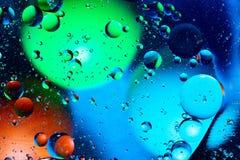 Miesza? wod? i olej na pi?knego koloru abstrakcjonistycznego t?a pi?ek gradientowych okr?gach i owalach fotografia royalty free
