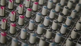 Mieszający konsolę także dzwonił audio melanżer, rozsądna deska, miesza pokład lub melanżer jest urządzeniem elektronicznym zbiory wideo