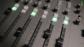 Mieszający konsolę także dzwonił audio melanżer, rozsądna deska, miesza pokład lub melanżer jest urządzeniem elektronicznym zbiory