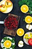 Mieszana świąteczna kolorowa tropikalna i cytrus owoc pokrajać nad bla Obraz Royalty Free