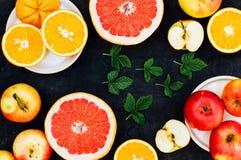 Mieszana świąteczna kolorowa tropikalna i cytrus owoc pokrajać nad bla Zdjęcie Stock