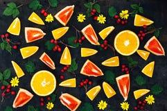 Mieszana świąteczna kolorowa tropikalna i cytrus owoc pokrajać nad bla Fotografia Stock