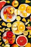 Mieszana świąteczna kolorowa tropikalna i cytrus owoc pokrajać nad bla Obrazy Stock