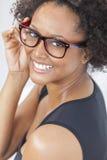 Mieszana Biegowa amerykanin afrykańskiego pochodzenia dziewczyna Jest ubranym szkła Zdjęcie Stock