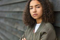 Mieszana Biegowa amerykanina afrykańskiego pochodzenia nastolatka kobiety zieleni bombowiec kurtka zdjęcia stock