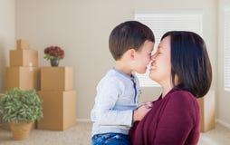 Mieszana Biegowa chińczyk matka, dziecko w Pustym pokoju z Upakowanym Mo i Obrazy Stock