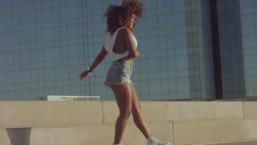 Mieszana biegowa czarna młoda kobieta outdoors, lato zmierzchu światło, plażowa strefa Barcelona zbiory