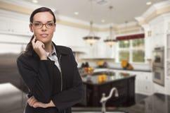 Mieszana Biegowa młodej kobiety pozycja w Pięknej Obyczajowej kuchni Obrazy Royalty Free