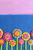 Mieszana filc kwitnie na błękitnym tle z pustym miejscem dla teksta Różnobarwna kwiat aplikacja dla dzieciaków Fotografia Royalty Free
