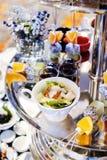 Mieszana owoc i deser na tacy zdjęcie royalty free