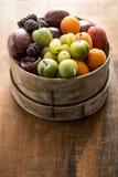 Mieszana owoc w drewnianym zbiorniku Fotografia Royalty Free