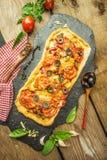 Mieszana pizza z kurczakiem, pieprz, oliwki, cebula, basil na pizzy desce zdjęcia stock