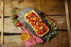 Mieszana pizza z kurczakiem, pieprz, oliwki, cebula, basil na pizzy desce zdjęcie royalty free