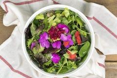 Mieszana sałatka z eatable kwiatami obraz royalty free