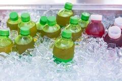 Mieszana zimna sok butelka w lodowym pudełku Zdjęcia Stock