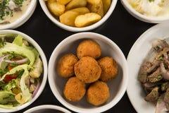 Mieszane brazylijskie przekąski wliczając ciast, pieczony kurczak, sałatka Obraz Royalty Free