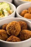 Mieszane brazylijskie przekąski wliczając ciast, pieczony kurczak, sałatka Obrazy Stock