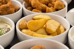 Mieszane brazylijskie przekąski wliczając ciast, pieczony kurczak, sałatka Zdjęcie Royalty Free